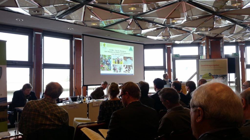 Ute Dicks, Geschäftsführerin des Deutschen Wanderverband, berichtet über die Entwicklungen zum Tag des Wanderns 2017